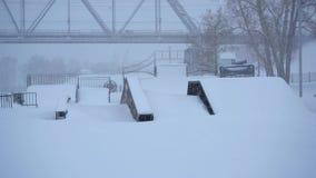 Skatepark κάτω από το χιόνι το χειμώνα απόθεμα βίντεο