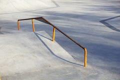 Skatepark al aire libre con la rampa en un día soleado Fotografía de archivo