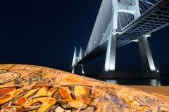 Skatepark em Vasco de Gama Bridge em Lisboa na noite Parque subterrâneo do patim em Ponte Vasco de Gama foto de stock