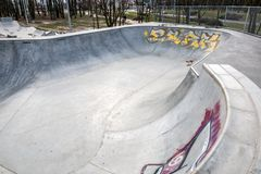 Skatepark fez de concreto com grafittis imagens de stock