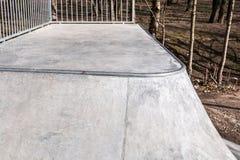 Skatepark fez de concreto com grafittis fotografia de stock