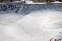 Skatepark fez de concreto com grafittis imagens de stock royalty free