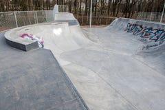 Skatepark fez de concreto com grafittis imagem de stock