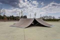 Skatepark im Freien mit verschiedenen Rampen mit einem bewölkten Himmel lizenzfreies stockbild