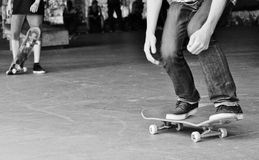 Skater adolescente a bordo Foto de archivo libre de regalías