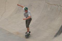 Skater adolescente en tubo Fotografía de archivo