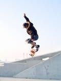 Skater adolescente moderno que trava algum ar Fotos de Stock Royalty Free