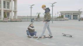 Skater adolescente pé torcido que cai fora skate filme