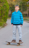 Skater adolescente que sonríe mientras que presenta Fotografía de archivo