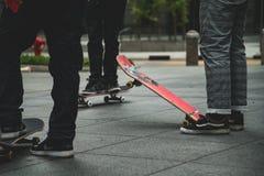 Skater com amigos imagem de stock royalty free