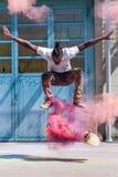 Skater con el polvo colorido del holi Fotografía de archivo