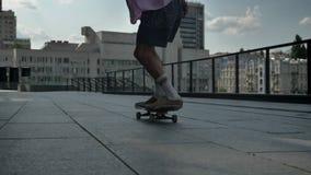 Skater del hombre joven que hace truco del monopatín en d3ia en el verano, concepto del deporte, concepto urbano almacen de video