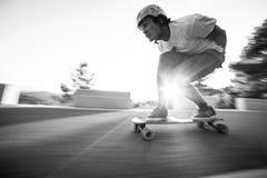 Skater em declive do longboard rápido do borrão da velocidade Imagens de Stock Royalty Free