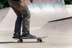 Skater en el patín concreto Fotos de archivo libres de regalías