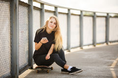 Skater en un skatepark fotos de archivo