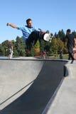 Skater fora do bordo Fotografia de Stock