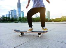 Skater pronto para fazer um truque Fotos de Stock
