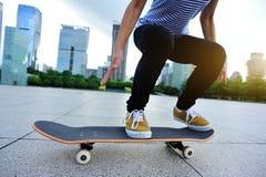 Skater pronto para fazer um truque Foto de Stock