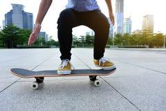 Skater pronto para fazer um truque Fotografia de Stock Royalty Free
