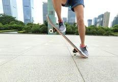 skater que anda en monopatín en la ciudad Imagenes de archivo