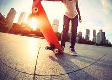 skater que anda en monopatín en la ciudad Foto de archivo libre de regalías