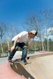 Skater que cae en el tazón de fuente Imagen de archivo libre de regalías
