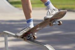 Skater que faz a moagem 5-0 na divertimento-caixa no skatepark Fotos de Stock
