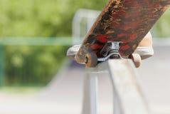 Skater que faz o nosegrind na divertimento-caixa no skatepark Foto de Stock