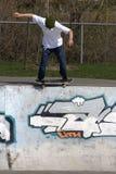 Skater que faz o truque na rampa Fotos de Stock Royalty Free