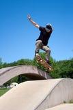 Skater que faz um salto em Fotografia de Stock Royalty Free