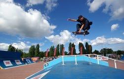 Skater que hace el funbox excesivo indy del hudge Foto de archivo libre de regalías
