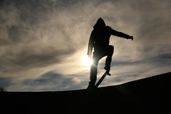Skater que hace el ollie en puesta del sol Imágenes de archivo libres de regalías