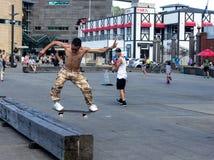 Skater que hace trucos patinadores Imagen de archivo libre de regalías