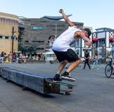 Skater que hace trucos patinadores Fotos de archivo libres de regalías
