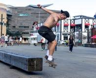 Skater que hace trucos patinadores Foto de archivo