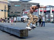 Skater que hace trucos patinadores Foto de archivo libre de regalías