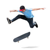 Skater que hace un truco de salto en el monopatín polivinílico bajo Fotografía de archivo libre de regalías