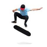 Skater que hace un truco de salto en el monopatín polivinílico bajo Fotos de archivo libres de regalías