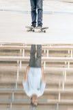 Skater que monta un monopatín en la calle o el parque Imagen de archivo