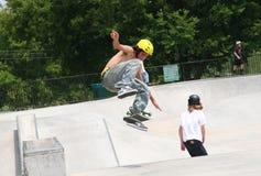 Skater que mueve de un tirón a la tarjeta foto de archivo libre de regalías