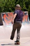 Skater que patina en un parque del patín Fotografía de archivo libre de regalías