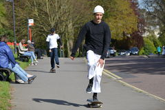Skater que patina en una calle Imagen de archivo libre de regalías