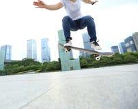 skater que skateboarding na cidade Imagem de Stock