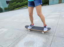 skater que skateboarding na cidade Foto de Stock