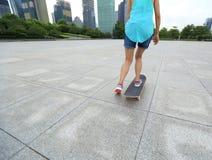 skater que skateboarding na cidade Foto de Stock Royalty Free
