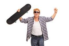 Skater superior alegre que comemora a vitória fotografia de stock