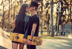 Skater Tattooed e sua amiga Imagens de Stock Royalty Free