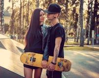 Skater Tattooed e sua amiga Imagem de Stock