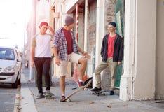 Skateres de los individuos en calle Fotos de archivo
