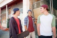 Skateres de los individuos en calle Fotografía de archivo